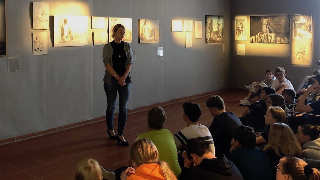 Dr. Dobler führt durch die Heinz Rose Ausstellung im studioRose Schondorf