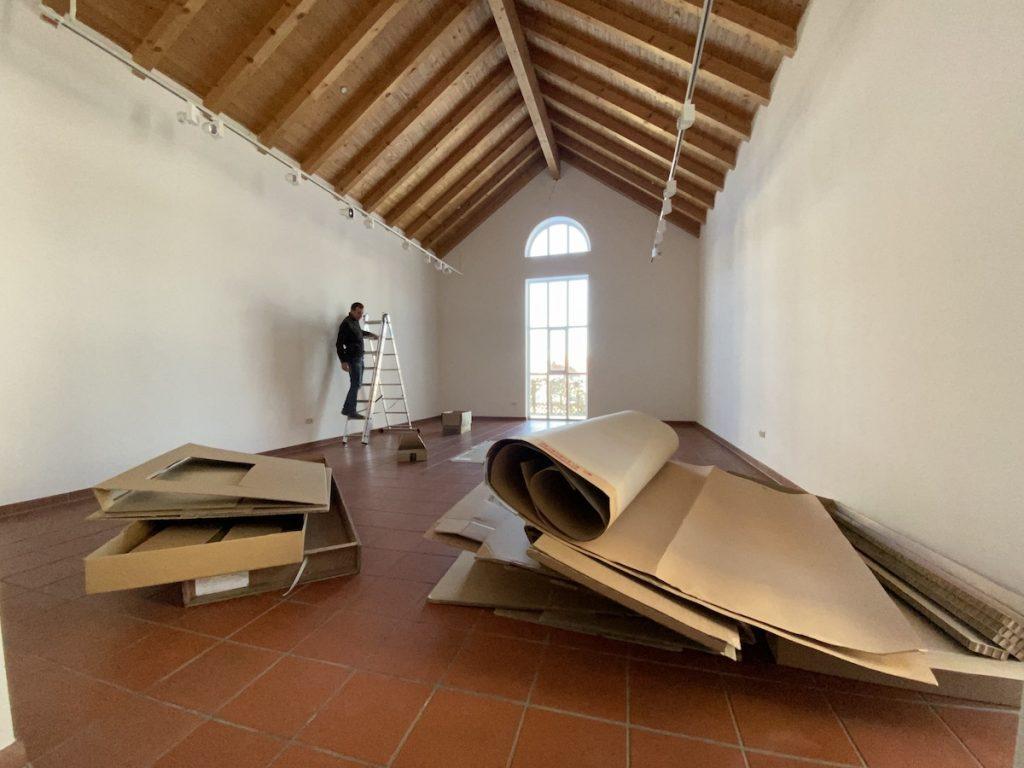 """Axel Wagner bei der Arbeit an der Installation """"Die Höhle"""""""